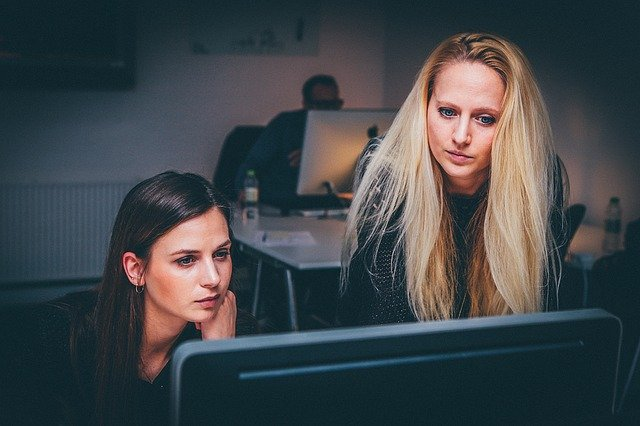 what are Twitter communities and how to find them post. 2 young ladies looking at a community post
